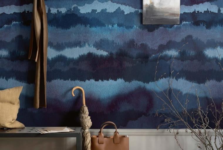 Stonowane kolory i spokojny wzór przypominający chmury lub górskie szczyty... nareszcie w domu. Na zdjęciu: Sandberg Oas, szer. rolki 180, dł. 270 cm, cena 1066 zł/szt., www.tapety-sklep.com.pl