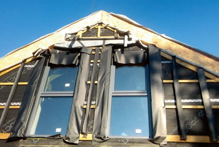 Gotowe ściany o masywnym szkielecie z drewna klejonego wypełnione termoizolacją i z zamontowanymi oknami są bardzo ciężkie