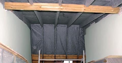 Krok 2. Po oczyszczeniu połaci, w odległości 4 cm od deskowania rozpięto membranę dachową.