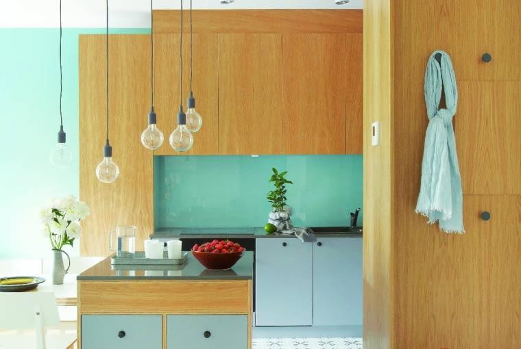 NA PODŁODZE w kuchni i przedpokoju położono terakotę (marki Vives), ozdobioną delikatnym wzorem.