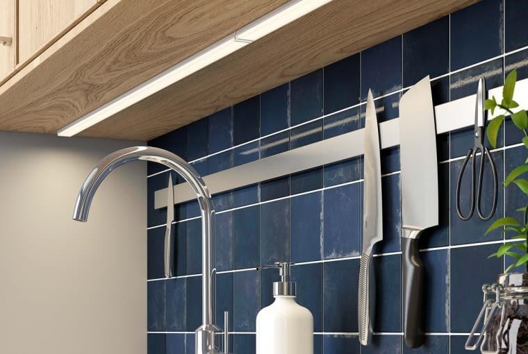 Listwy LED montowane pod szafkami górnymi mają zazwyczaj minimalistyczną formę. OMLOPP, listwa LED, dł. 40 cm, moc 5,3 W 79 zł IKEA.