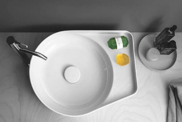 Laufen Val/LAUFEN. Umywalka nablatowa z SaphirKeramik, materiału ceramicznego zapewniającego swobodę w projektowaniu produktów o nietypowych kształtach; wymiary: 50 x 40 cm średnicy. Cena (netto): 2000 zł, www.laufen.pl