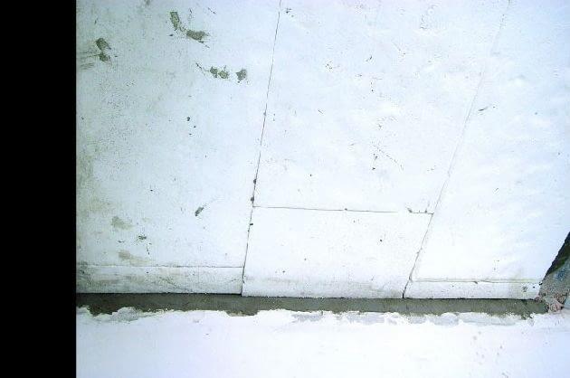 Przyklejona do stropu warstwa styropianu o grubości 10 cm
