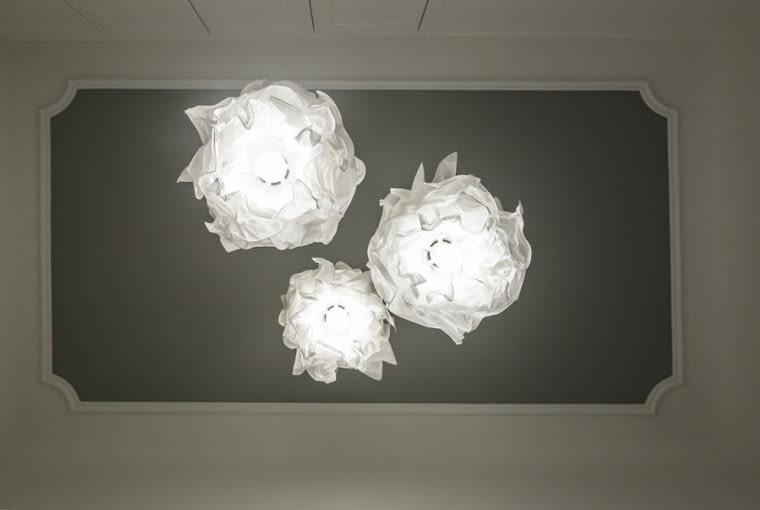 Fantazyjne lampy z IKEI na tle sufitu w odcieniach szarości