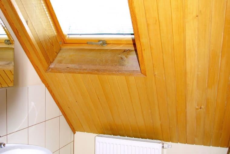 Źle ukształtowana obudowa pod oknem połaciowym (nieprostopadła do podłogi) to znak, że izolacji pod nim jest za mało