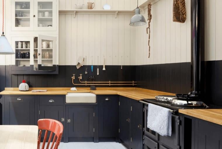 Czarne meble pasują również do kuchni w tradycyjnym stylu.