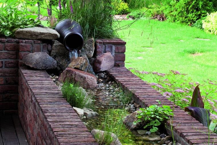 Odrobina wody wobiegu zamkniętym - taka murowana, szczelna donica wypełniona żwirem jest bezpiecznym ieleganckim detalem, który poprawia mikroklimat podczas letniego wypoczynku na tarasie.