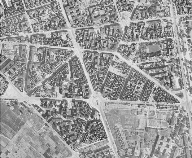 Obszar śródmieścia Warszawy, który przeznaczono na realizację Marszałkowskiej Dzielnicy Mieszkaniowej, z przedwojenną siecią ulic i placów oraz gęstą zabudową kwartałów. Widoczna ulica Marszałkowska i plac Zbawiciela - elementy przestrzenne, które zaadaptowano w projekcie osiedla. Projektanci MDM respektowali tradycyjny układ urbanistyczny miasta w kompozycji zespołu, w tym głównie Osi Stanisławowskiej (XVIII-wiecznego założenia tworzącego układ gwiaździstych placów na obszarze śródmieścia.