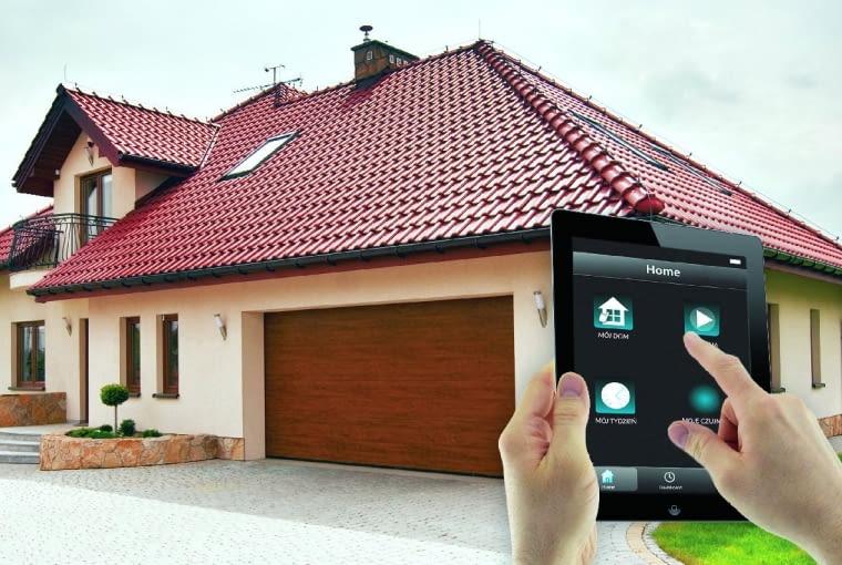 Podwójną bramę garażową można podłączyć do zintegrowanego systemu zarządzania budynkiem