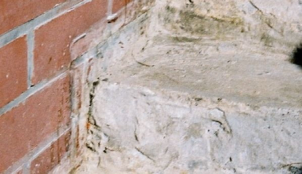 Słabe podłoże pod płytki - korektę ich geometrii wykonano z elementów dociętych z bloczków betonu komórkowego (błąd)