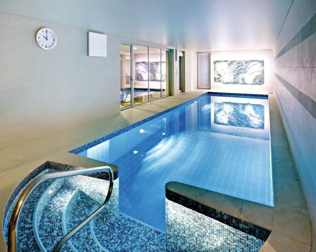 ściany oraz podłogę wokół basenu wyłożono gresem, natomiast sufit zabezpieczono specjalną powłoką (membraną) przeciwwilgociową. Nieckę basenu wykończono drobną mozaiką oraz płytkami glazury