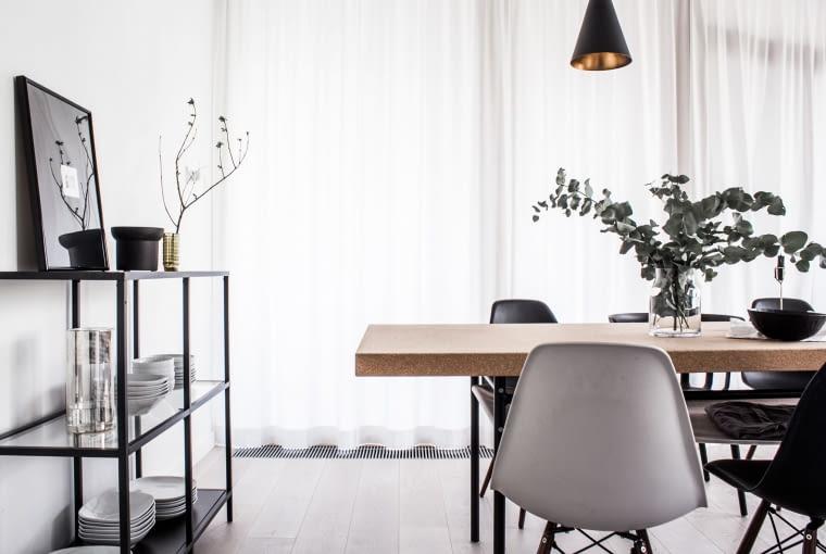 By zachować wrażenie lekkości aranżacyjnej, zamiast klasycznej komody lub szafki na zastawę stołową zdecydowano się na ażurowy regał.