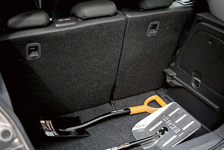 Poręczne łopatki samochodowe i saperki zimą powinny być obowiązkowym wyposażeniem samochodu