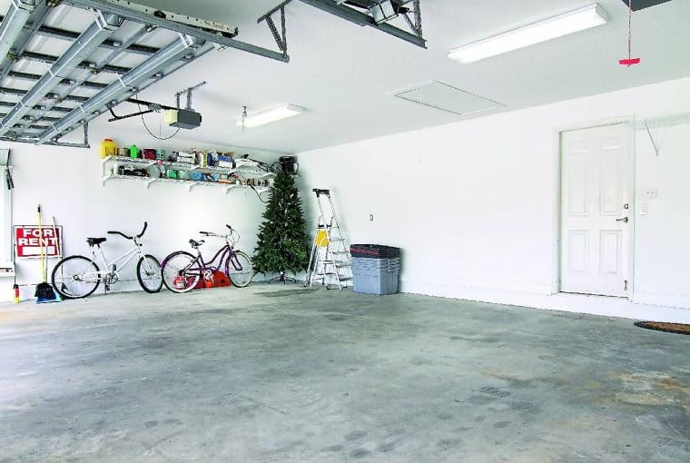 Rowery lądują z reguły w garażu. Lepsza byłaby wnęka lub wieszak niż ustawianie pod ścianą jak na zdjęciu