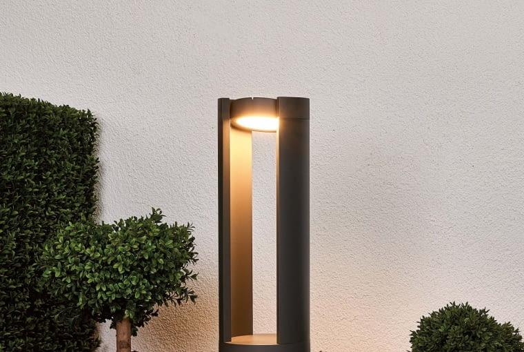 Słupek LED Dylen/LAMPY.PL. Z ruchomą głowicą, którą można dowolnie obracać i oświetlać wybrane strefy; wysokość 50 cm. Cena: ok. 720 zł, www.lampy.pl
