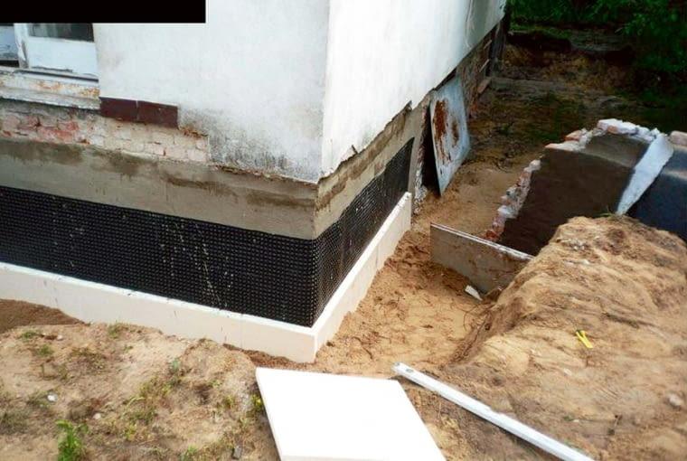 Po wykonaniu izolacji pionowej, warto zabezpieczyć mur polistyrenem ekstrudowanym