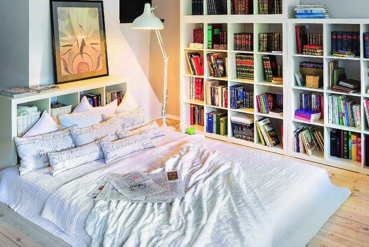 Półki z książkami tworzą dobry nastrój w sypialni i mają tę zaletę, że książka jest 'pod ręką'. Mankamentem jest konieczność częstego odkurzania