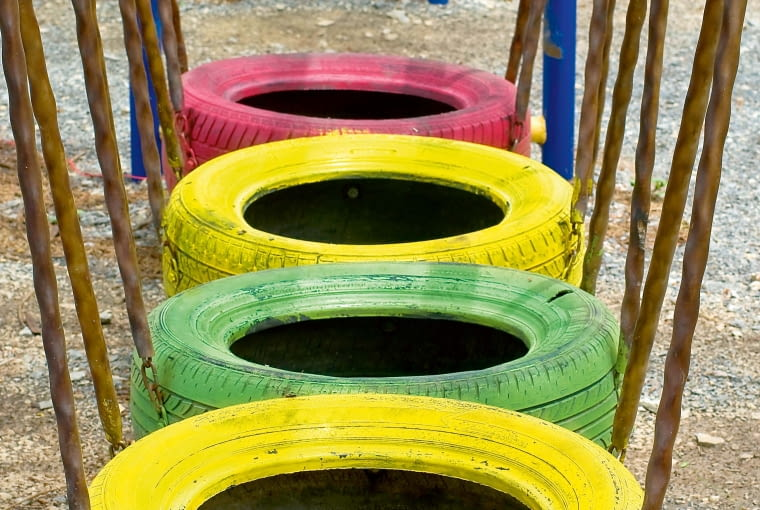 Taki tor przeszkód jest bezpiecznym i atrakcyjnym elementem placu zabaw - na miękkiej gumie trudno sobie nabić guza, a po oponach można skakać jak na trampolinie.