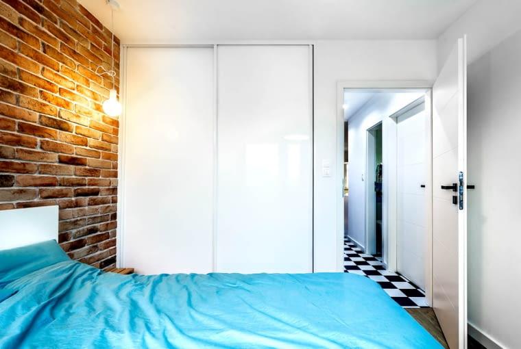 W mieszkaniu nie zapomniano o miejscu na przechowywanie. W sypialni znalazły się pojemne szafy na całą wysokość ściany.