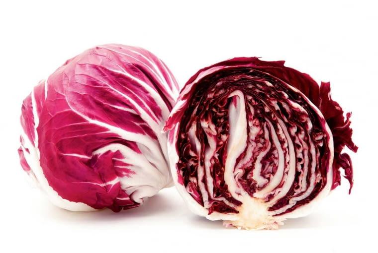 Radicchio (czyt. radikkio), czyli typ cykorii wyróżniający się główką czerwonych mięsistych liści o gorzkawym smaku (zewnętrzne zielone są usuwane). Ich kawałki zwykle dodaje się do surówek, można też je dusić na oleju.