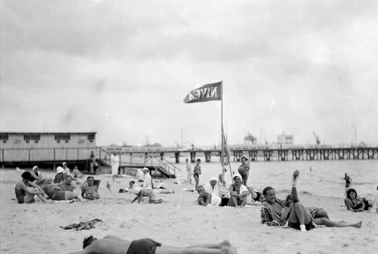 Plażowicze podczas wypoczynku nad morzem Bałtyckim, lipiec 1932