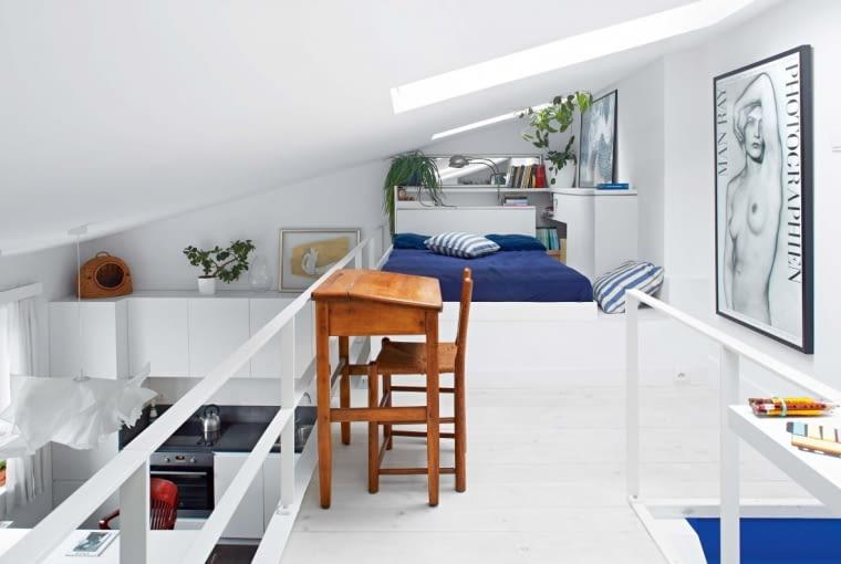 Łóżko jest niewysokie, tak by można było wygodnie z niego korzystać pod skosem. Gospodyni położyła na nim stary materac o szerokości 120 cm. Obudowa łóżka mieści praktyczne schowki, tak cenne w małej przestrzeni. Na niej stoi plakat z japońskim drzeworytem (autor - Kitagawa Utamaro). Deski podłogowe pobielono woskiem.