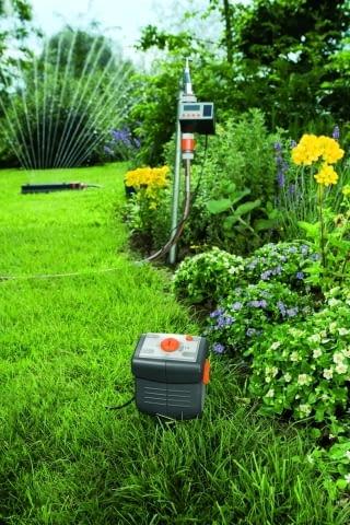 Tu na pierwszym planie widzimy czujnik wilgotności gleby, ma on też możliwość zaprogramowania, jaka wilgotność w danym miejscu ogrodu jest prawidłowa. Do kompletu należ jeszcze dodać czujnik deszczu.