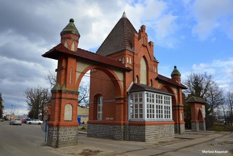 Brama główna w zespole Portu Wol-no-cło-wego w Szcze-ci-nie