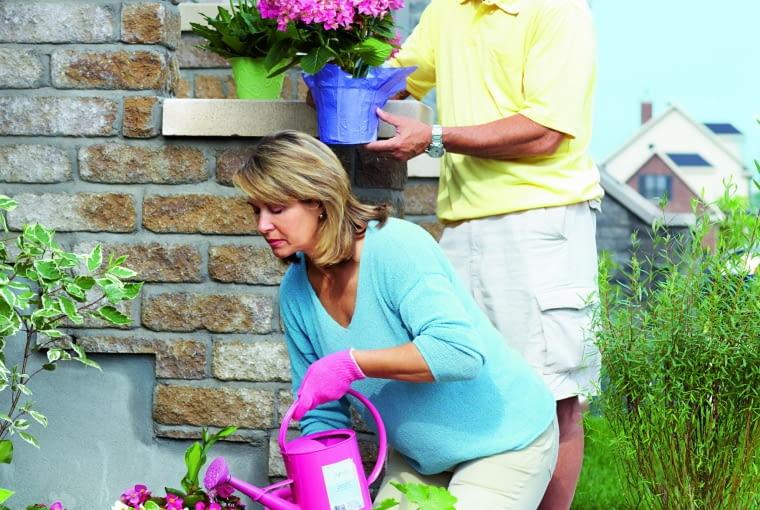Ogrodowe prace ułatwią sprytne rozwiązania, np. półki do odstawiania doniczek czy nakolanniki oszczędzające kolana. To ważne zwłaszcza wprzypadku seniorów.