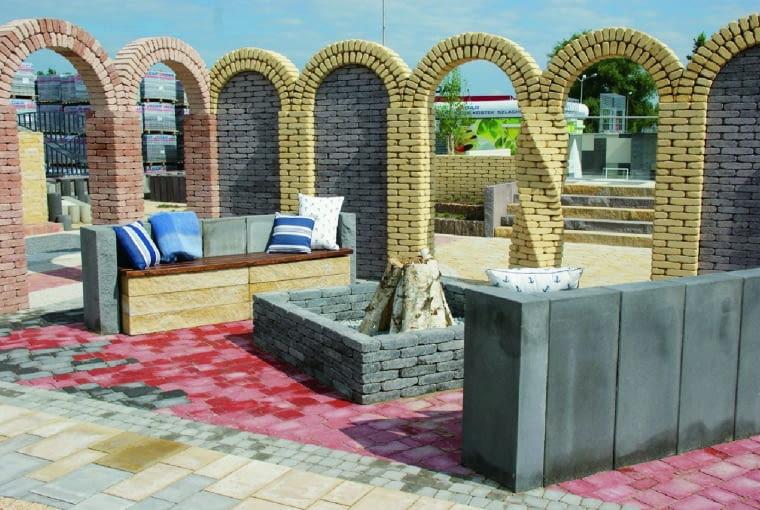 Konstrukcje murowane z cegły lub bloczków betonowych powinny być posadowione na fundamentach