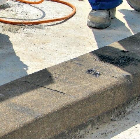Krok 4. Dla szczelnego ułożenia papy, miejsca zakładów dodatkowo podgrzewa się palnikiem. O prawidłowym zgrzaniu papy świadczy wypływ masy asfaltowej