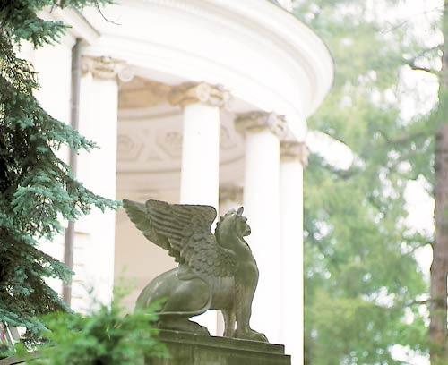 Park Natolin w Warszawie. Rzeźba gryfa.