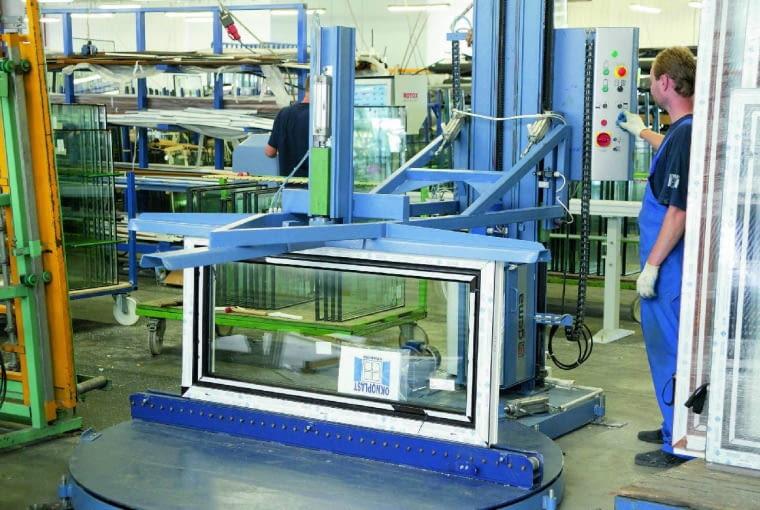 Eliminowanie wzmocnień stalowych, wypełnianie profili materiałami izolacyjnymi, wykorzystanie kompozytów - to niektóre z zabiegów producentów okien poprawiających ich izolacyjność