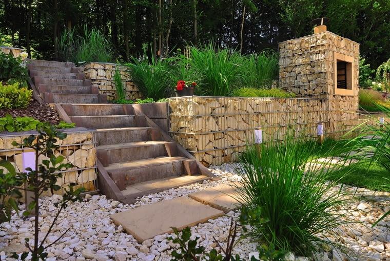 Mała architektura: murki oporowe z gabionów, nawierzchnie i schodki we wspólnej, naturalnej kolorystyce z czasem wtopią się w krajobraz.