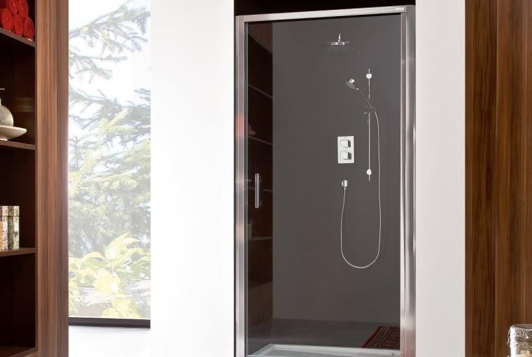 Town/ROCA | 1-częściowe otwierane drzwi, dwustronnego montażu | szkło transparentne gr. 6 mm. Cena (netto): 860 zł (90 × 195 cm), www.roca.pl