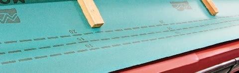 Krok 1. Do czoła krokwi przybija się deskę okapową, a do niej mocuje pas podrynnowy. Na krokwiach układa się mocno naprężoną membranę dachową w taki sposób, aby wystawała około 5 cm poza deskę okapową. Folię mocuje się do krokwi, przybijając ułożone na niej kontrłaty.