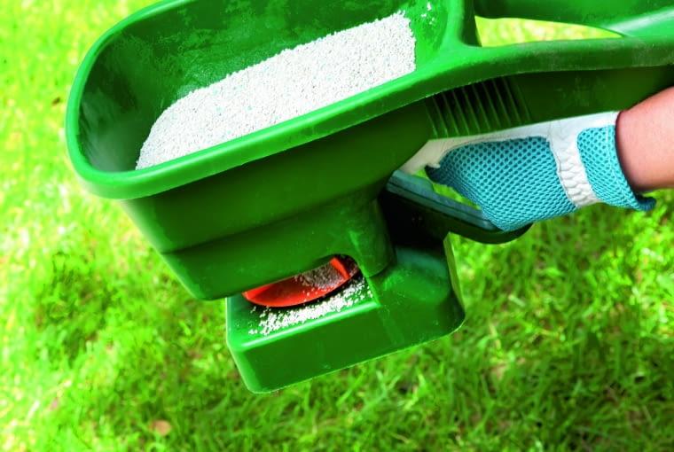 Aby nawóz rozsypać równomiernie po powierzchni trawnika, najlepiej użyć siewnika do nawozów