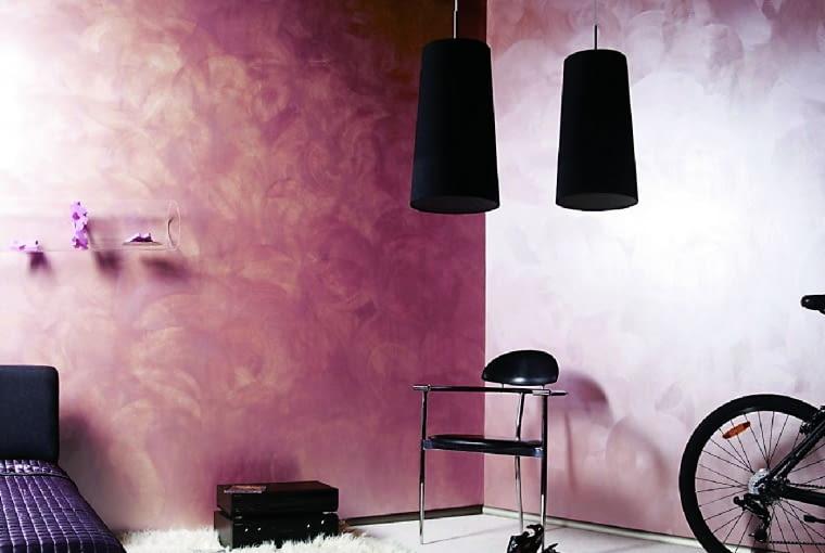 Dzięki farbom laserunkowym łatwo osiągnąć efektowną powłokę na ścianach. Można je nakładać przy użyciu wałka, pędzla, rękawic czy szczotki malarskiej