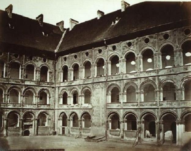 Wawel z obmurowanymi krużgankami, fot. Ignacego Krygiera, 1885, ze zbiorów Muzeum Historycznego Miasta Krakowa