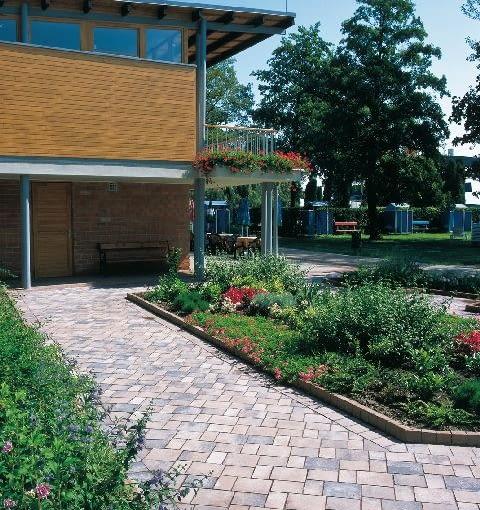 Kolorowa betonowa kostka o wyraźnych konturach i prostej formie