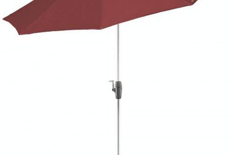 Parasol o średnicy 188 cm otwierany korbką; ok. 280 zł. Podstawa z granitu (50x50 cm) o wadze 40 kg; 452 zł