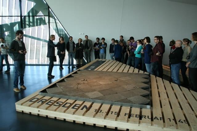 Uczestnicy warsztatów w trakcie zwiedzania Muzeum Militarnego w Dreźnie projektu Daniela Libeskinda