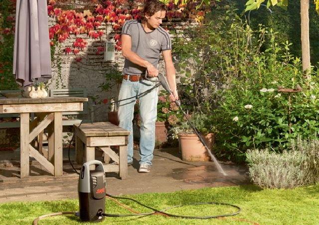 Ważnym elementem wyposażenia myjki ciśnieniowej jest kabel zasilający, który powinien być na tyle długi, aby zapewnić duży zasięg i swobodę poruszania się po naszym ogrodzie