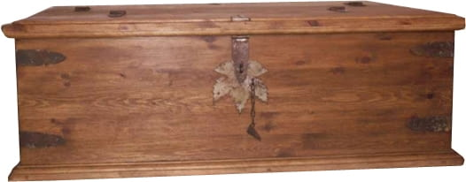 Skrzynia wykonana jest z drewna sosnowego, woskowana ręcznie naturalnym woskiem na bazie pszczelego. Ręcznie kute i rdzewione okucia. Wymiary: 125 x 74cm. Wysokość 43 cm. Cena: 1 018 złotych (z transportem).