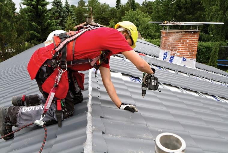 Jeśli konstrukcja dachu jest w dobrym stanie, zniszczone pokrycie należy wymienić na nowe. Trzeba też usunąć stare łaty, bo rzadko się zdarza, aby ich rozstaw pasował do nowych arkuszy