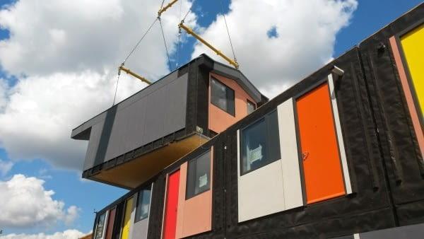 Y:Cube Mitcham, Londyn, Wielka brytania, proj. Rogers Stirk Harbour + Partners, nominacja w kategorii budynki zrealizowane, budynki mieszkalne. Jak szybko i tanio wybudować dużą ilość mieszkań? Nad tym problemem wszyscy głowią się od bardzo dawna. Projekt Y:Cube to powrót do idei prefabrykacji. Całe moduły mieszkalne powstają w fabryce. Na placu budowy można montować je jak typowe klocki - łączy się wtedy konstrukcja oraz zatopione w ścianach instalacje. Takie rozwiązanie to szybka i tania alternatywa dla długiego i kosztownego procesu budowlanego.