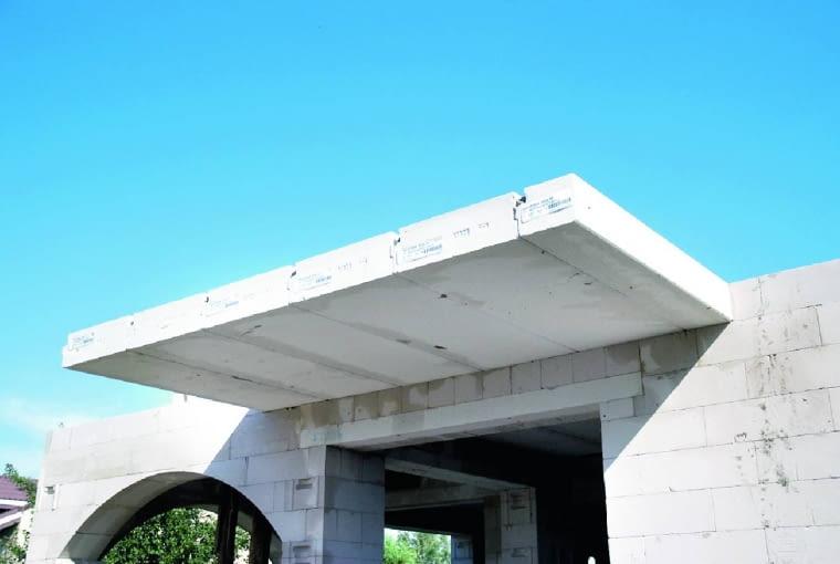 Konstrukcja balkonu z prefabrykowanych płyt stropowych. Są one wykonane ze zbrojonego betonu komórkowego, który jest materiałem o dobrej izolacyjności cieplnej. Dlatego wystarczy wysunąć płyty poza obrys domu. W ten sposób najłatwiej utworzyć konstrukcję balkonu w ścianach jednowarstwowych. Przed wykończeniem płyta balkonu wymaga tylko warstwy spadkowej i izolacji przeciwwilgociowej.