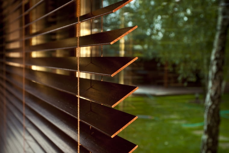 Drewniane żaluzje pozwalają dobrze zaciemnić wnętrze i do tego wyglądają bardzo atrakcyjnie.