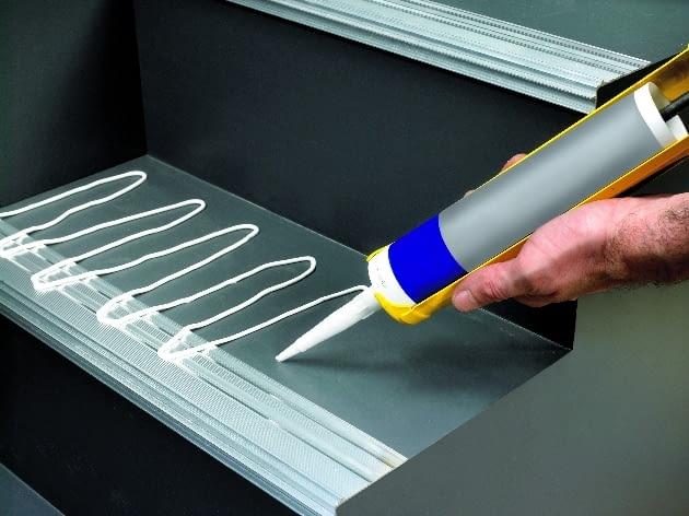 Okładziny powinny być dobrze przymocowane do stopni, przy użyciu preparatów odpowiednich do rodzaju okładziny.