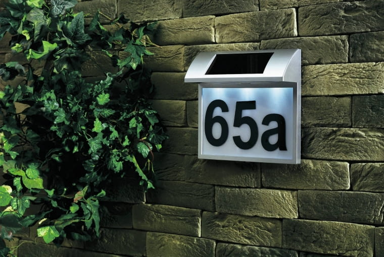 Na podświetlaczu kinkietu ustawimy każdy numer domu, ok. 55 zł, Praktiker.